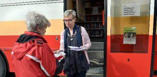 Kyllikki Vainio saa vaalitoimitsija, kirjastoauton kuljettaja Anne Ahokkaalta vaalilipun ennen äänestämään menemistä.