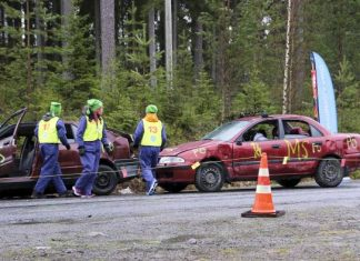Mikael Vihiniemi, Julia Valkonen ja Samu-Markus Pyykkö joutuivat tositoimiiin Kuopion Pelastusopistolla NouHätä-kilpailun finaalissa.