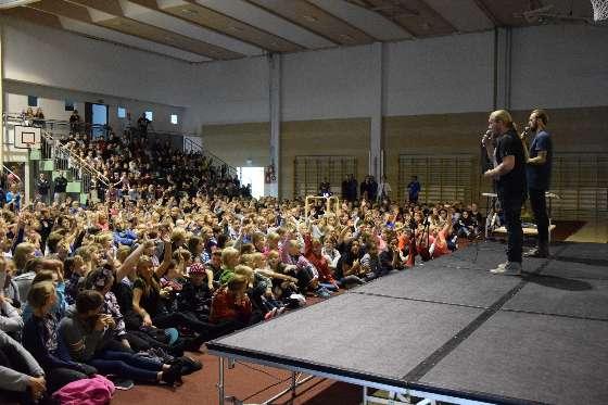 Duudsonien HP (Hannu-Pekka Parviainen) ja Jarppi (Jarno Leppälä) puhuivat viime viikolla Halikon MLL:n järjestämässä tilaisuudessa koulukiusaamista vastaan noin tuhannelle koululaiselle Halikon  Armfeltin koulun liikuntahallissa.
