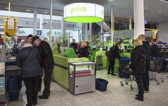 S-marketin uudistamisen yhteydessä kauppaan tulivat myös itsepalvelukassat eli pikakassat. Kuva: SSS/Kirsi-Maarit Venetpalo