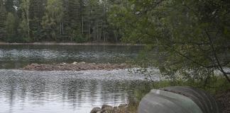 Kiikalan ja Someorn harjualueiden vedenottamoiden vaikutuspiirissä olevien Pitkusta-järvien vesi on laskenut yli metrin vuodesta 2009. Järvellä näkyvä kivikko oli ennen veden peitossa ja sen yli pääsi hyvin soutuveneellä. Kuva: SSS/Minna Määttänen