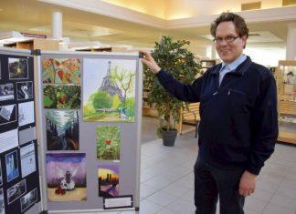 Salon kirjastopalveluiden esimies Jaakko Lind esittelee Hermannin 9-luokkalaisten kevätnäyttelyä. Lindin mielestä näyttely on oiva esimerkki yhteistyöstä koulun ja kirjaston välillä, ja myös esimerkki siitä, kuinka kirjasto on paljon muutakin kuin lainaamo.