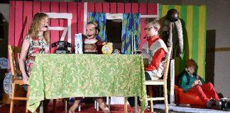 Kotona on kaikki kunnossa, mutta koulussa ei: Rauha-täti sählää itsensä opettajan sijaiseksi eikä Risto Räppääjä pidä siitä. Musikaalissa näyttelevät muun muassa Ella Paasikivi (vas.) Maija Niemi, Matias Kuvaja ja Risto Räppääjänä oikealla Patrik Sirkelä.