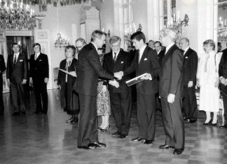 Presidentti Mauno Koivisto jakaa Tasavallan presidentin vientipalkinnon Nokia-Mobiralle vuonna 1987. Yhtiön puolesta huomionosoituksen vastaanottivat Jorma Nieminen, Simo Vuorilehto ja Lauri Lindroos.