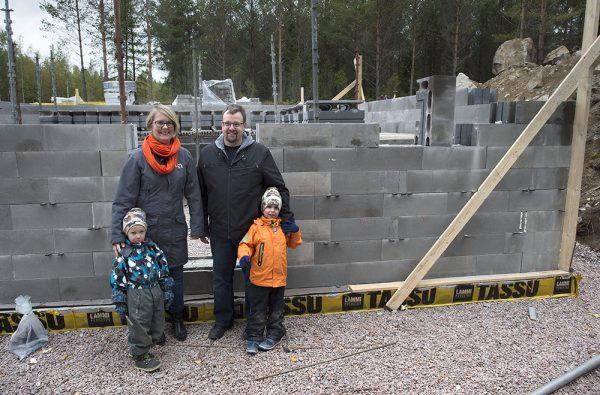 Pöytyäläiset Saija ja Timo Hurme sekä pojat Otto ja Topi muuttavat uuteen hirsitaloon Marttilaan ensi kesänä.