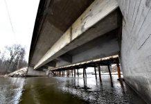 Strömman kanavan vanha silta puretaan pois.