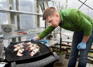 Einari Siimes valmistaa saltimboccaa grillissä. Kotimainen karitsafilee kypsyy viidessä minuutissa.
