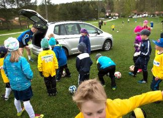 Tupurin nappulaikäiset jalkapalloilijat testaavat, montako pallo Golf Sportsvanin takaluukku nielee.