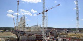 Iter-koefuusioreaktorin rakentaminen alkoi 2007 massiivisilla maansiirtotöillä, joilla tasoitettiin 42 hehtaarin kumpuileva alue. Maata siirrettiin 2,5 miljoonaa kuutiometriä. Alueelle nousee muutaman vuoden sisällä 39 rakennusta kuvan keskelle nousevan reaktorin ympärille. Reaktorirakennus tulee olemaan 73 metriä korkea ja se on perustettu kestämään maanjäristyksiä