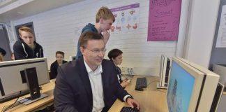 Microsoftin toimitusjohtaja Pekka Horo koodaa merenalaista vuoristomaailmaa, jossa syödään omenoita. Horon ja seiskaluokkalaisen Mikael Willbergin (oik.) opettajana toimi kasiluokkalainen Santeri Iltanen.
