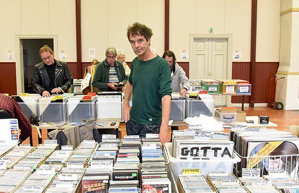 Vinyylit ja CD-levyt kiinnostavat edelleen. Marko Merikanto myy nykyään musiikkia netissä ja tapahtumissa eri puolilla, aikaisemmin hänellä oli levykauppa Helsingissä. Uudenkaupungin Työväentalolla lauantaina pidetytyillä levymessuilla oli myynnissä tuhatmäärin vanhoja vinyylilevyjä ja myös cd-levyjä. Vinyylilevyjen suosio on kasvussa ja myös cd-levyjä ostetaan edelleen. Kuva: Jussi Arola, Uudenkaupungin Sanomat.
