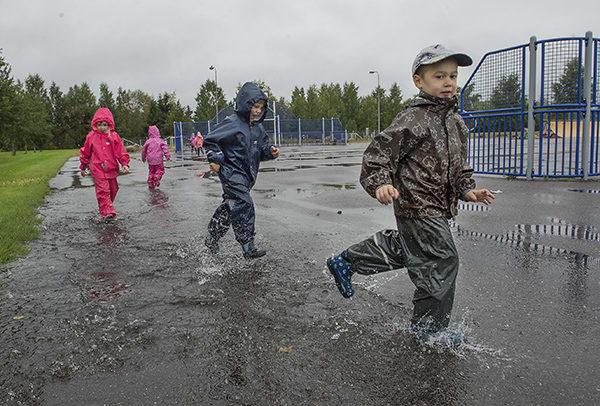 Lähes puoli maratonia koossa! Oskari Ellfolk johdatti juoksua, takana Alvar Lempinen ja Minea Laine. Lenkillä ahkeroitiin tiistainakin, jolloin lätäköt antoivat lisävauhtia liikkumisen iloon Salon Anjalan päiväkodissa. Kävellen tai juosten kerrytetään parhaillaan kilometrejä Salon varhaiskasvatusväen yhteisessä Lasten Suomi 100 -maratonissa. Anjalan päiväkodin Omenoiden pienryhmällä on pian puoli maratonia koossa, mutta koko Omenat-ryhmä eli 21 lasta on kerännyt syyskuun ensimmäisen viikon aikana vanhempiensa kanssa jo noin 300 kilometriä. Kaikkiaan Salon varhaiskasvatusväellä on ensimmäisen viikon aikana koossa huikeat 6 500 maratonkilometriä. Kuva: Minna Määttänen, Salon Seudun Sanomat.