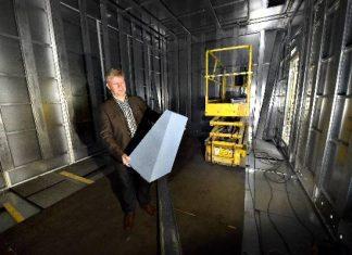 Mittahuone vuorataan radiotaajuuksia vaimentavalla esistekerroksella. Matti Alen esittelee 60 senttiä paksua eristettä.