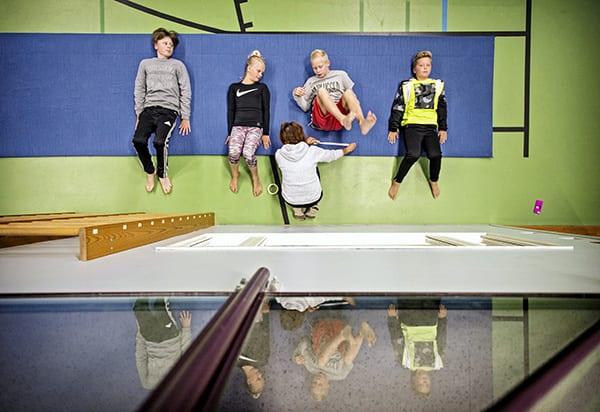 Fysiikka mittariin. Turun viidesluokkalaiset osallistuvat syyskuun aikana valtakunnalliseen Move-mittaukseen. Mittaus testaa fyysistä toimintakykyä kahdeksassa lajissa. Wäinö Aaltosen koulun viidesluokkalaisia Emil Kytöä (vas.), Elle Steningiä, Viljami Viléniä ja Jere Niemeä jännitti hieman mittauspäivänä. Move-mittauksen lajit ovat 20 metrin viivajuoksu, vauhditon 5-loikka, ylävartalon kohotus, etunojapunnerrus, heitto-kiinniottoyhdistelmä sekä kehon liikkuvuuteen kuuluvat kyykistys, alaselän ojennus täysistunnassa sekä oikean ja vasemman olkapään liikkuvuus. Kuva: Riitta Salmi, Turun Sanomat.