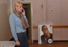 Ktaja Taimela otti vastaan onnitteluja työväentalon vaalivalvojaisissa.
