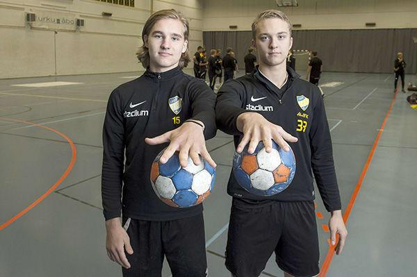 Taikuutta! Pihka pitää pallot tiukasti Isak Lehvosen (vas.) ja Santeri Maijalan hyppysissä. ÅIFK:n käsipallon edustusjoukkueen nuorimpiin pelaajiin kuuluvat Maijala, 16, ja Lehvonen, 18, aloittivat käsipallon SM-sarjan tällä viikolla. Molempien pelaajien tavoitteet ovat korkealla, sillä nuorisomaajoukkueissa jo Suomen paitaa kantaneet palloilijat haluavat tulevina vuosina yltää A-maajoukkuetasolle saakka. Kuva: Jori Liimatainen, Turun Sanomat.