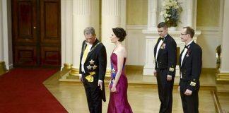 Rouva Jenni Haukion puku on silkkiä ja pitsiä.