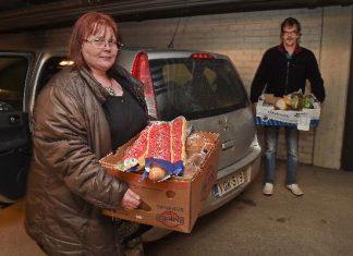 Niina Koivusilta ja Leif Pekala ovat hakeneet kaupan lahjoittamia elintarvikkeita.