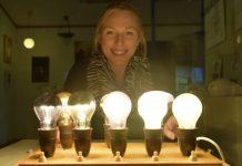 Paimion Sähkömuseo tarjoaa valohoitoa kansalle. Museon Salla Ahvenjärvi esittelee valopöytää, jonka kanssa kotitalousneuvoja Irmeli Leppäkoski kierteli Lounais-Suomea kertomassa kansalle, miten erilaisia hehkulamppuja kannattaisi sijoittaa eri tiloihin.