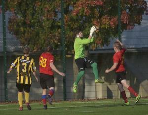 Tuttu näky lauantain paikallispelissä: SaTon keskityspallo leijailee suoraan Wilppaan maalivahti Teemu Sepän hyppysiin.