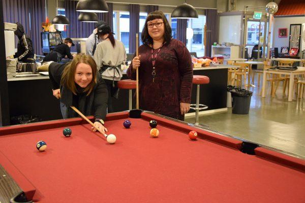 Nuoriso-ohjaajat Eveliina Virtanen (vas.) ja Tanja Kuusela toivottavat salolaisnuoret tervetulleiksi mukaan syksyn moniin tapahtumiin.