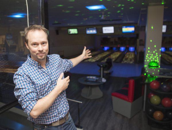 Jani Riihimäki on ideoinut Salon keilahallin hohtokeilaukseen uutta twistiä: radoille projisoidaan videotykeillä liikkuvia kuvioita.