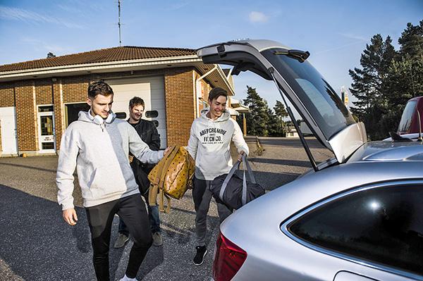 Reissumiehet hamuavat ensimmäistä kultaansa. Someron Voiman turkulaisvahvistuksille Gezim Vocalle (vas.), Marko Laaksoselle ja Tuomas Hakalalle matka mestaruuteen on ajokilometrien täyttämä. Turusta Somerolle treeneihin kimppakyydillä matkaavat futsal-pelaajat ja valmentaja. Maantiet tulevat tutuiksi muillekin SoVon pelaajille, sillä treeneihin ja futsal-liigan peleihin Somerolle saavutaan lähes kaikista ilmansuunnista. – Yksi auto tulee Turusta, yksi auto pääkaupunkiseudulta, yksi Loimaalta ja yksi Tampereen suunnalta. Siitä tämä joukkue kasaantuukin, manageri Jarkko Ihalainen kertoo. Kuva: Lennart Holmberg, Turun Sanomat.