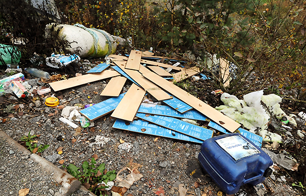 Levähdyspaikoille dumpataan jätettä. 60 000 kiloa Paimion, Kaarinan, Sauvon, Kemiön ja Paraisten alueelta. 102 000 kiloa Salon ja Someron alueelta. Nämä valtavat jätemäärät on vuoden kuluessa dumpattu maanteiden levähdysalueille. Kyse on sekajätteen luvattomasta jättämisestä ympäristöön. – Haisevien pilaantuvien jätteiden ja vanhojen vaatteiden ohella levähdysalueille jätetään muun muassa lahoavaa puutavaraa, metalliromua, huonekaluja, televisioita, kaakeliputkea, vessanpyttyjä ja jopa kylpyammeita. Mielikuvitus tuntuu olevan tässä suhteessa lähes rajaton, toteaa aluevastaava Markus Salminen Varsinais-Suomen Ely-keskuksesta. Kuva: Perttu Hemminki, Kunnallislehti.