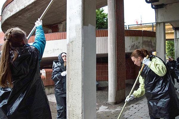 Taidetta, joka nähdään. Kaarinan pääkirjastorakennuksen pylväskuja paistattelee tämän viikon jälkeen neljän vuodenajan väriloistossa. Neljän paikallisen koulun oppilaat ovat tämän ja viime viikon aikana toteuttaneet pylväisiin muraaleja. Seinämaalaukset tulevat jäämään paikoilleen siihen asti, kunnes rakennus puretaan ensi vuonna. Yhteensä tekijöitä on ollut mukana 113. Laura Nikula, Sina Kunnas ja Jenna Löytöläinen maalasivat maanantaina muraalin viimeisiä pylväitä. Kuva: Mikko Perttunen, Kaarina-Lehti.