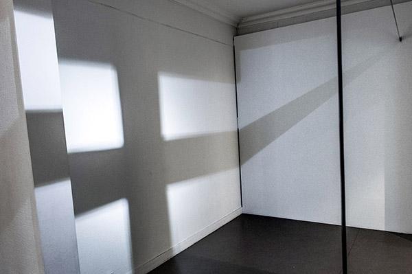 Nykytaiteilijoiden tulkintoja isänmaasta. Porilaisen Laura Liljan Blackout (Siniristilippu II) rakentuu teipistä ja valosta. Seinälle muodostuvan ristilipun lisäksi sitä katsovien henkilöiden varjoista tulee osa kokonaisuutta. Teos käsittelee myös ryhmään ja seksuaali- tai sukupuolivähemmistöihin kuulumista. Rauman taidemuseon Korkeemman kaiun saa -näyttely kokoaa nykytaiteilijoiden tulkintoja isänmaasta. Kuva: Marttiina Sairanen, Turun Sanomat.