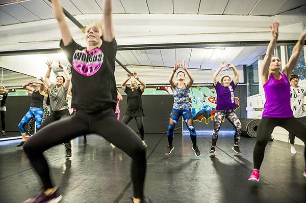 Sata tapaa liikkua. Naantalilainen Eija Ahokas (takana kesk.) heittäytyi täysillä mukaan Tanssikoulu Studio Dance Effectin Rosa Blomin vetämällä discotanssitunnilla. Kolme vuotta sitten Ahokas oli niin sairas, ettei hän pystynyt harrastamaan liikuntaa juuri lainkaan. Se oli kova paikka yksitoista Suomen mestaruuttakin ringetessä voittaneelle ikiliikkujalle. Kun olo koheni, Ahokas haastoi itsensä liikkumaan sadalla eri tavalla vuoden aikana. Se tarkoittaisi kahta noin tunnin mittaista liikuntasuoritusta viikossa. Hän on kokeillut muun muassa villasukkajumppaa, kengurukenkäjuoksua, polkupyörätaidesuunnistusta, allaslavista, geokätköilyä ja cheerleadingia. Kuva: Lennart Holmberg, Turun Sanomat.