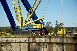 Turun telakalla valtaisia jännitysnäytelmä. Turun telakan uuden Goliath-nosturin jalkaa alettiin nostaa pystyyn viime perjantaina. Operaatio oli melkoinen, sillä jalka on korkeudeltaan noin 100 metriä ja painaa 500 tonnia. Jalka on osa Meyer Turku Oy:n uutta, noin 30 miljoonaa euroa maksavaa pukkinosturia. Viikon päästä nostetaan toinen jalka, ja siitä kahden viikon päästä niiden varaan nostetaan nosturin pääkannatinpalkki. Se on neljän kerrostalon kokoinen rakennelma, jonka teräsosat on tehty Meyerin omana työnä. Valmiina nosturin pitäisi olla ensi keväänä. Kuva: Jane Iltanen, Turun Sanomat.