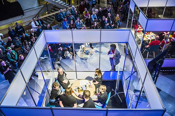 Tiedetään! Science Battle keräsi Turun yliopiston päärakennuksen aulaan melkoisen yleisön viime viikonloppuna. Kaikkiaan Tieteen päivillä kaksi eri alojen tutkijoista koottua ryhmää vastaili kilpaa yleisön kysymyksiin. Kuva: Lennart Holmberg, Turun Sanomat.