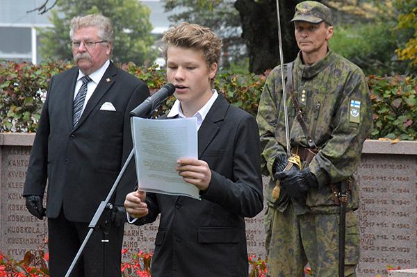 Arvostusta, vaikka vaikea ymmärtää. – Vaikka nykynuorten on vaikea ymmärtää sotaveteraanien työtä, he arvostavat heitä ja heidän panostaan Suomen itsenäisyydelle. Näin arvioi laitilalaisen Varppeen koulun yhdeksäsluokkalainen Ilmari Vuorela puheessaan Laitilan sankarihaudoilla perjantaina. Hän muistutti, että sodan jälkeisinä vuosina Suomi oli tosi yhtenäinen. Samaa henkeä hän peräänkuulutti nykypäivän itsekeskeiseen aikaan, jossa nuorten syrjäytyminen ja perheiden ongelmat ovat arkipäivää. Kuva: Juhani Marttala, Laitilan Sanomat.