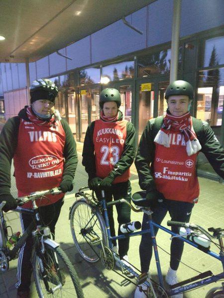 Tuukka (vas.), Niko ja Matti lähtivät matkaan asiaankuuluvasti Salohallilta aamulla kello 7.