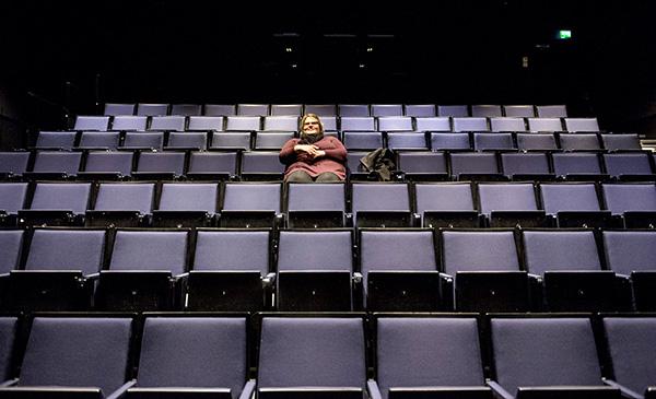 Yösyötön ensi-illasta tuli privaattinäytös. Aktiivinen elokuvakävijä Emilia Heinonen sai katsella Yösyötön rauhassa Turun Logomossa viime perjantaina. Elokuva päätyi Logomon valkokankaalle elokuvayhtiö Storyhillin kautta, jonka kanssa Yösyötön tuotantoyhtiö Solar Films ja levittäjä Nordisk Film tekivät sopimuksen. Ensin näytti siltä, että elokuvaa ei nähdä ensi-iltana Turussa lainkaan, sillä Finnkino ajautui kiistaan lipputulojen jakamisesta levittäjäyhtiö Nordisk Filmin kanssa. Storyhillin näytökset Turussa varmistuivat niin myöhään, että ensimmäiset näytökset eivät ehtineet kerätä juurikaan katsojia. Kuva: Jari Laurikko, Turun Sanomat.