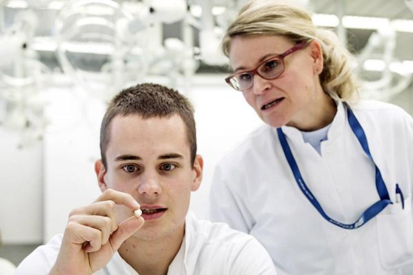 Onko tämä viisaudenhammas? Turun hammaslääketieteen laitoksen opiskelija Joni Mäkelä tiirailee irtohammasta tarkasti. Isoa hammasta, jolla on yhteenkietoutuneet juuret, on hankala tunnistaa, mutta opetushoitaja Tytti Syrjäkari tulee apuun. Hän vahvistaa, että kyseessä on viisaudenhammas. Turun yliopiston hammaslääketiede sijoittui vertailussa kansainvälisten huippujen joukkoon. Nykyään vastavalmistuneista hammaslääkäreistä noin puolet menee töihin julkiselle, puolet yksityiselle sektorille. Kuva: Jori Liimatainen, Turun Sanomat.