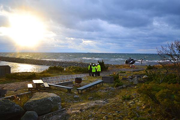 Telemasto Isoonkariin lähes myrskytuulissa. Vakka-Suomen Puhelin Oy:nuusi telemasto saatiin pystyyn Isokarissa hurjastakelistä huolimatta. Mittarit näyttivät Isonkarin majakkasaarella 16, ja jopa 18 metriä sekunnissa puhaltavia tuulia lokakuun lopussa, kun helikopteri toi pala palalta mastoa paikalleen. Ylhäällä mastossa kolme työntekijää ottivat kuusimetriset palaset vastaan ja kiinnittivät paikoilleen. Mastolla on korkeutta noin 60 metriä. Kuva: Niko Vahtera, Uudenkaupungin Sanomat.