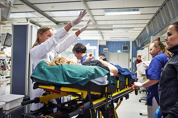 Turhia lähetteitä. Neurologiaan erikoistuva lääkäri Sini Laaksonen tutki ja arvioi potilasta, joka saapui Turun yliopistollisen keskussairaalan yhteispäivytykseen neurologisen hätätilan vuoksi. Terveyskeskuksista kirjattujen lähetteiden määrä on kasvanut viime vuosina voimakkaasti Varsinais-Suomessa. Samalla on kasvanut kiireellistä hoitoa Tyksin päivystyksestä hakevien asiakkaiden määrä. Kasvun taustalla vaikuttavat lääkäripula, asiakkaiden kasvaneet vaatimukset sekä varmuuden vuoksi erikoissairaanhoitoon lähettäminen. Potilaita hoidetaan usein väärässä paikassa. Tyksin sairaalajohtaja Petri Virolainen odottaa helpotusta sote-uudistuksen tavoitteesta tuottaa palveluja uudella tavalla. Kuva: Ari-Matti Ruuska, Turun Sanomat.