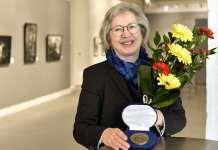 Salon taidemuseo Veturitallin johtaja Laura Luostarinen sai Varsinais-Suomen liiton Aurora-mitalin.