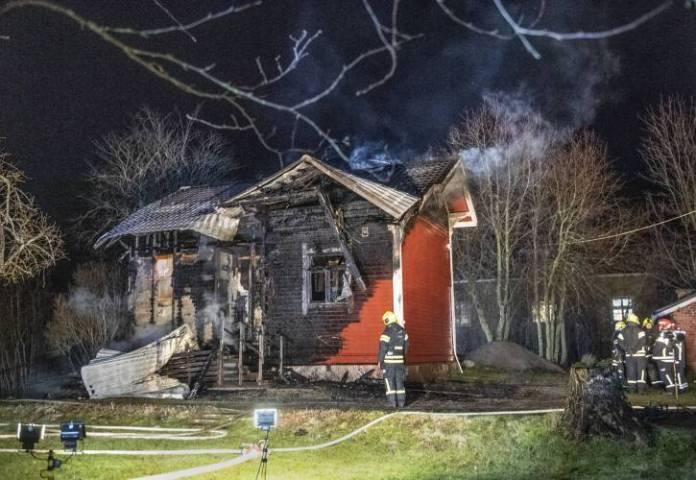 Pienehkö talo paloi purkukuntoon.